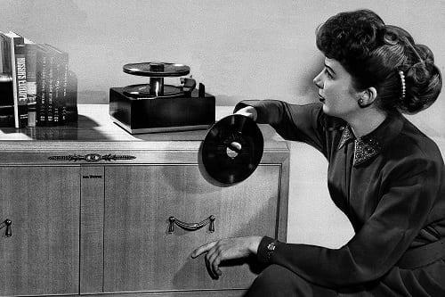 Singlík na tanieri gramofónu